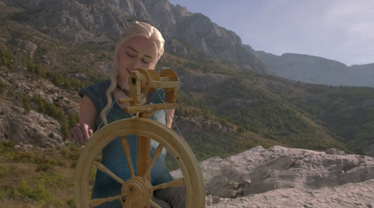 Batalla de Photoshop Daenerys Game of Thrones con una rueca en sus piernas