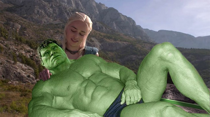 Photoshop de Daenerys Targaryen Game of Thrones con hulk acostado sobres sus piernas