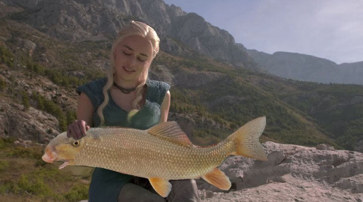 photoshop del personaje Daenerys de game of thrones con un pescado en sus manos