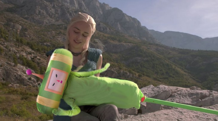Batalla de Photoshop Daenerys Game of Thrones con un monito verde sobre sus manos