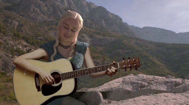 Daenerys Targaryen de Game of Thrones tocando la guitarra