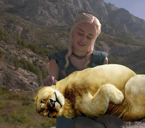 Photoshop Daenerys Game of Thrones con un león acostado sobre sus piernas