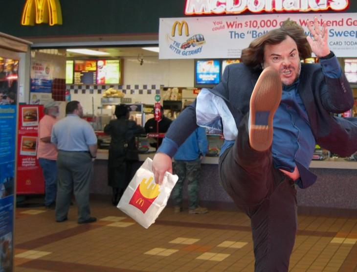 photoshop de Jack Black dando una patada en una tienda de Mc Donalds