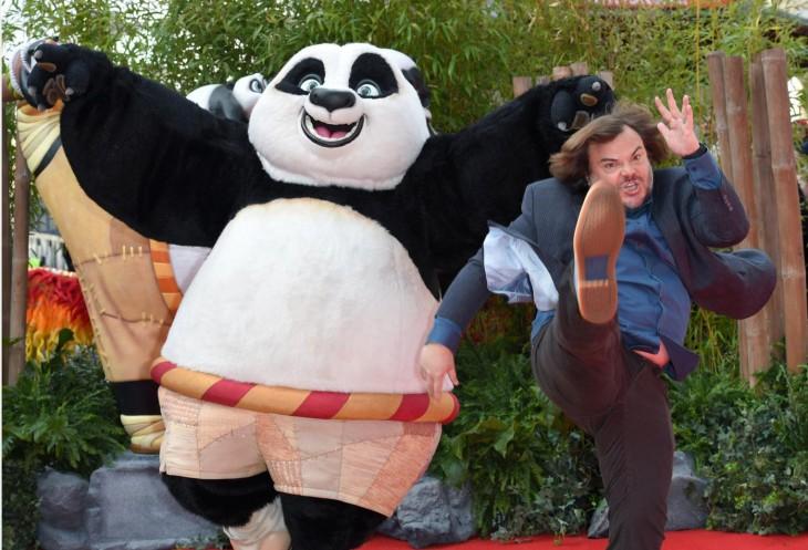 Jack Black dando una patada en la premiere de la película de Kung Fu Panda 3