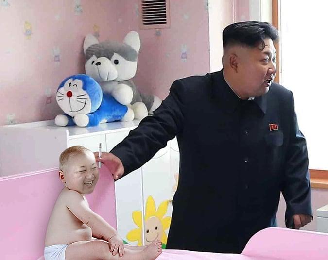Kim Jong Un fumando en un orfanato con un bebé sentado sobre la cama de un cuarto