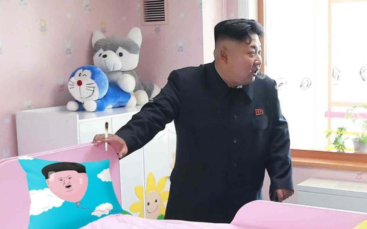 Batalla de Photoshop a Kim Jong Un fumando en un orfanato con un cojín en forma de su cara