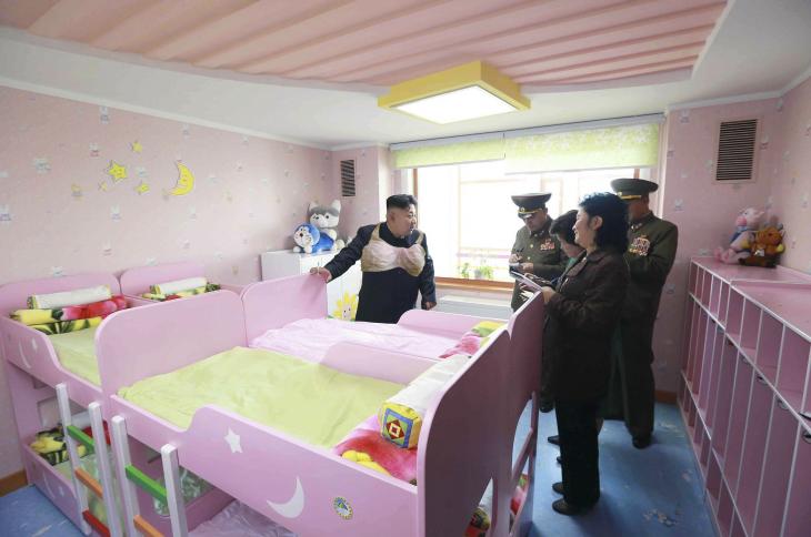 Batalla de Photoshop a Kim Jong Un fumando en un orfanato con un enorme brasier sobre su pecho