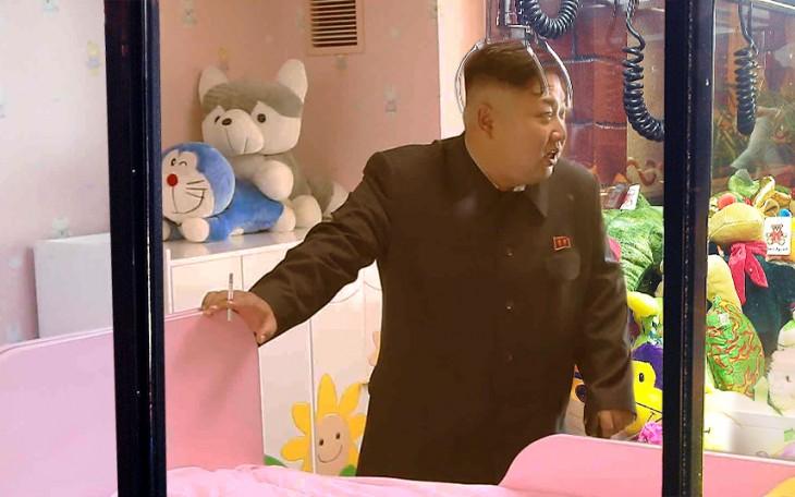 Batalla de Photoshop a Kim Jong Un fumando en un orfanato dentro de una maquina de peluches