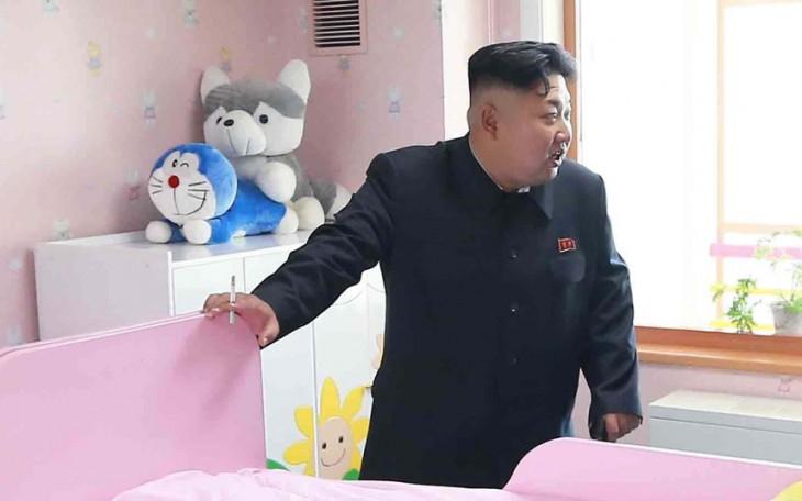 fotografía del líder de Corea, Kim Jong Un fumando dentro de un orfanato