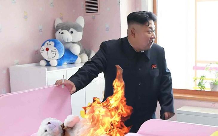 Photoshop a Kim Jong Un fumando en un orfanato donde un peluche se está quemando