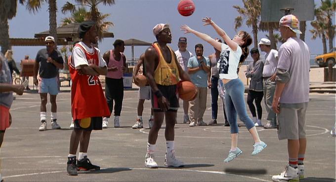 Batalla de photoshop de Jennifer Lawrence jugando basquet en medio de hombres basquetbolistas