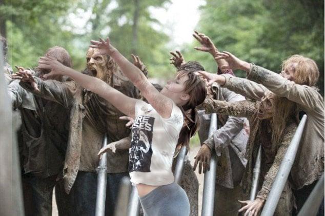 Batalla de photoshop de Jennifer Lawrence jugando basquet en una escena a lado de zombies de The Walking Dead