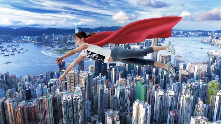 Batalla de photoshop de Jennifer Lawrence jugando basquet volando con una capa roja sobre la ciudad