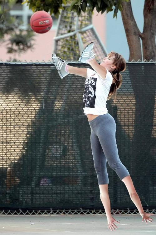 Batalla de photoshop de Jennifer Lawrence jugando basquet parada de mano y con los tenis en las manos