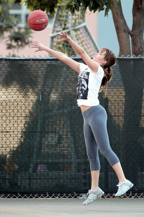 Batalla de photoshop de Jennifer Lawrence jugando basquet