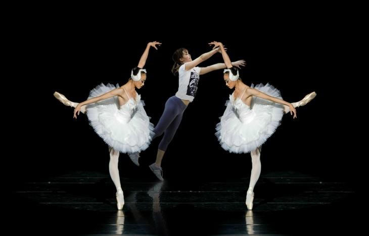 Batalla de photoshop de Jennifer Lawrence jugando basquet en medio de dos bailarinas de ballet