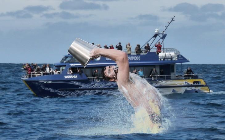 batalla de photoshop del hombre con un balde en una escena a lado de un barco