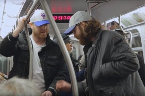 cpatura de pantalla de la broma de cuatro pares de gemelos en un metro de Nueva York