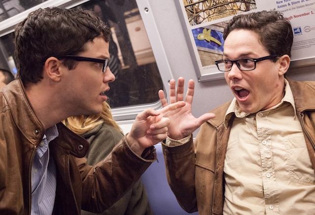 Captura de pantalla de la broma de cuatro pares de gemelos en un metro de Nueva York a cargo del canal de youtube Improv Everywhere