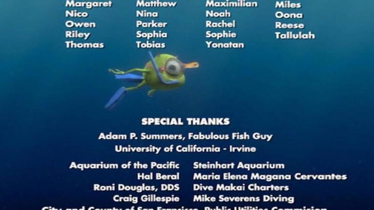 Mike Wazowski buceando en los créditos de la película Buscando a Nemo