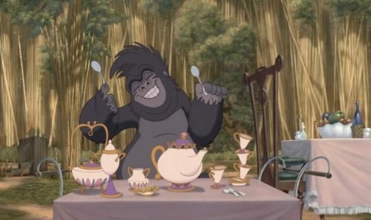 Escena de la película de Tarzán donde aparecen la señora Potts y Chip de la bella y la bestia