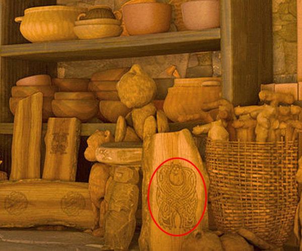 Sulley de monsters inc tallado en una madera en la película Valiente