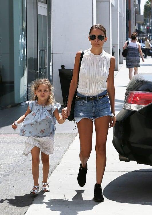 Nicole Richie caminando con su hija Harlow