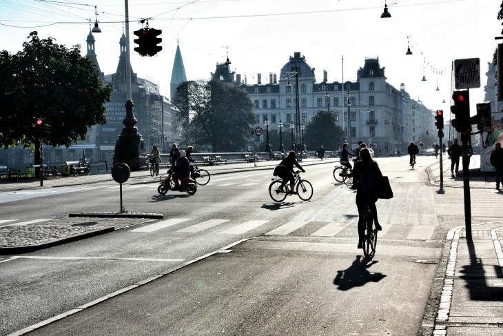 personas montadas en sus bicicletas en las calles de Copenhague, Dinamarca
