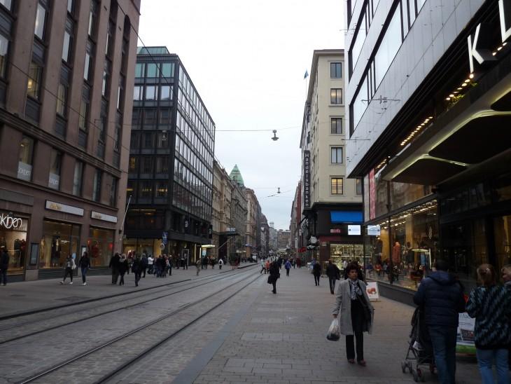 personas caminando por la calle del centro de Helsinki, Finlandia