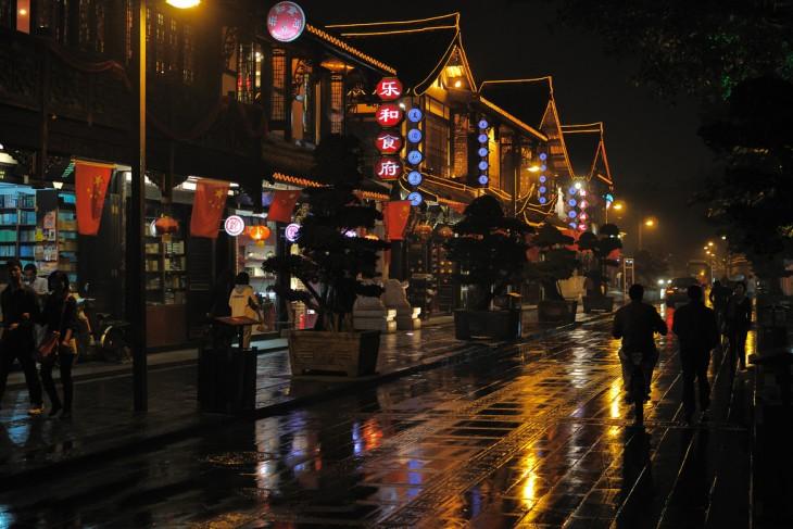 Calles en la noche por Chengdu, China