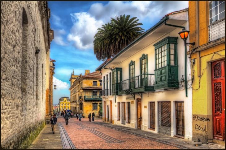 personas caminando por las calles de Colombia