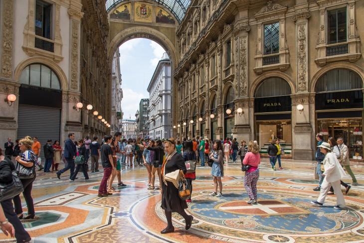 personas caminando en las calles de Milán en Italia