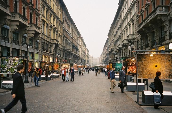 personas cruzando las calles en Milán, Italia