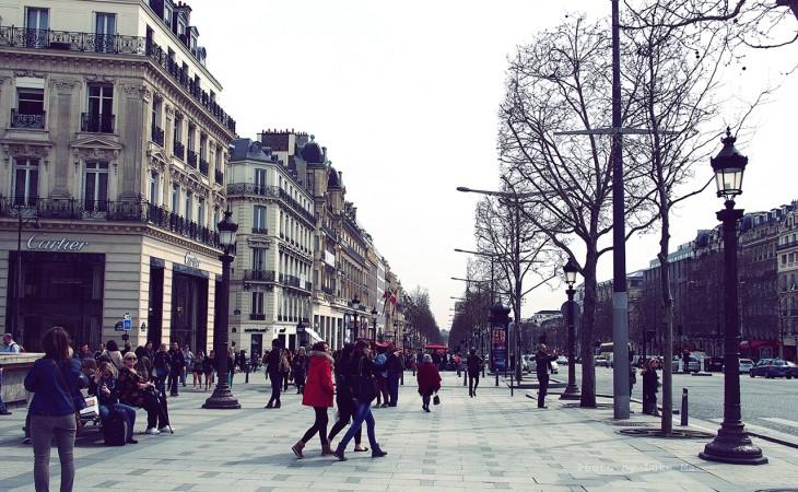 personas caminando por una de las calles de París, Francia