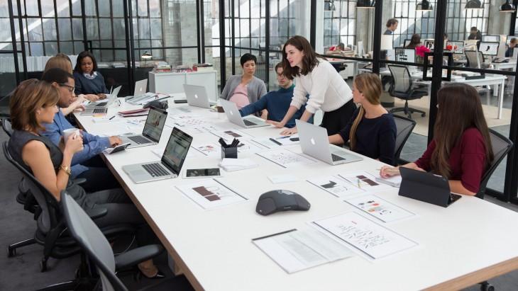 Escena de la película donde están en una mesa de trabajo planificando y organizando