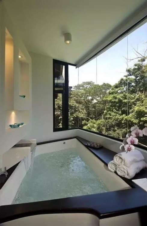 baño con una hermosa vista al jardín
