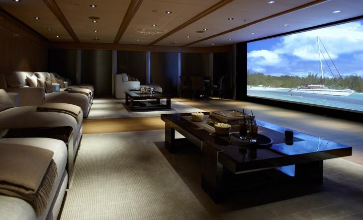 lujoso y amplio cine dentro de una casa