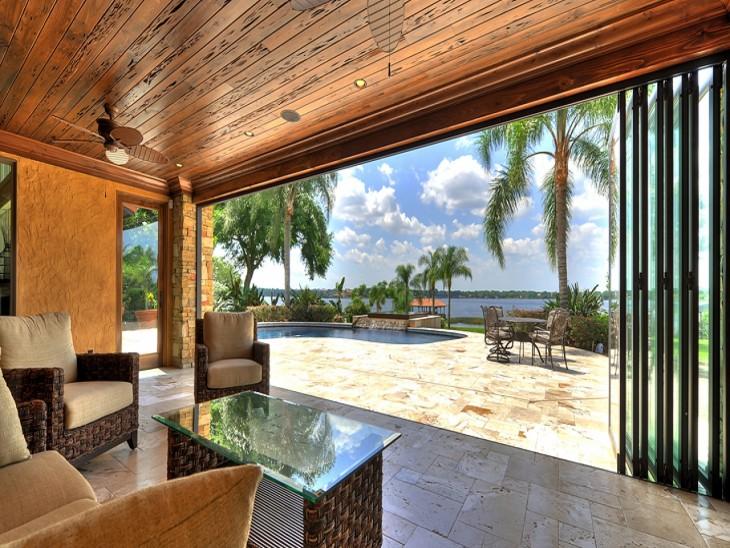 sala de una casa con una increíble vista al mar