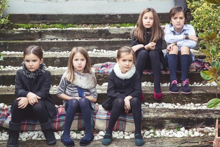 fotografía de cinco niñas sentadas en unos escalones