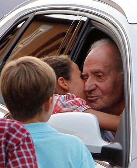 Nietos despidiéndose de su abuelo que va en un coche