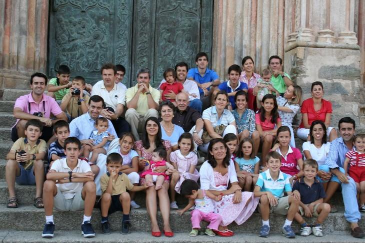Fotografía familiar de primos con hijos y hermanos