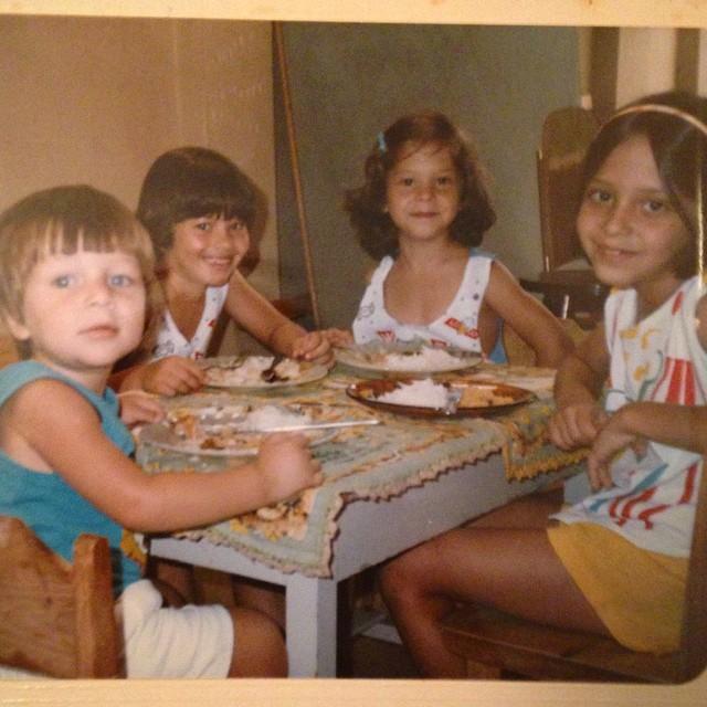 Fotografía de niñas sentadas en una mesa para niños