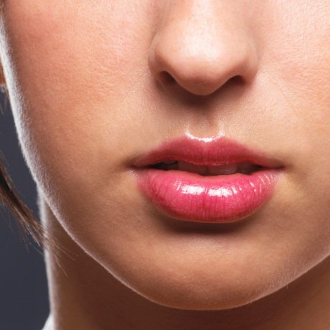 cara de una chica mostrando el surco entre su nariz y su labio