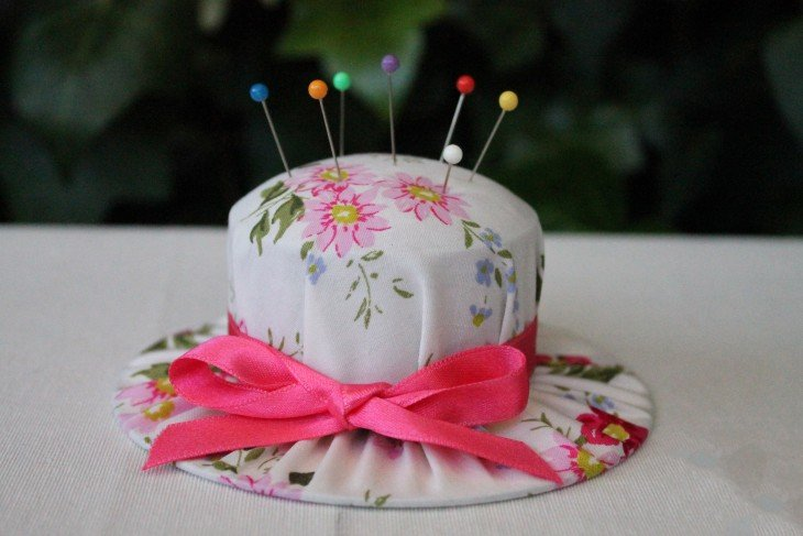 almohadilla para clavar alfileres en forma de sombrero