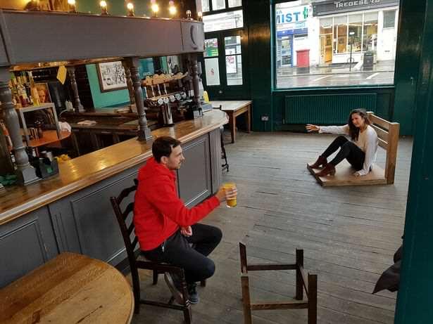 Develado el secreto de la silla del pub