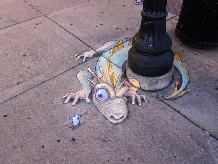 dibujo de tiza de un dragón rodeando un poste