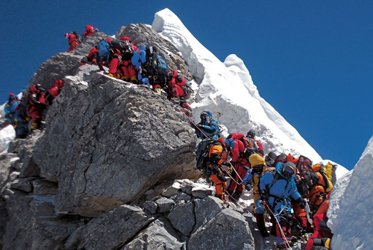 miles de personas subiendo en la montaña de Everest