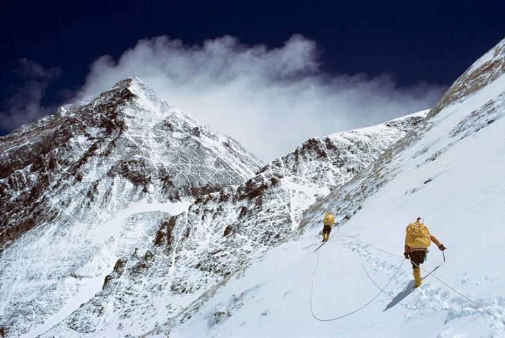 dos personas escalando la montaña del Everest