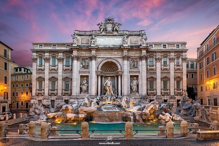 Espectacular vista de la fuente de Trevi en Roma
