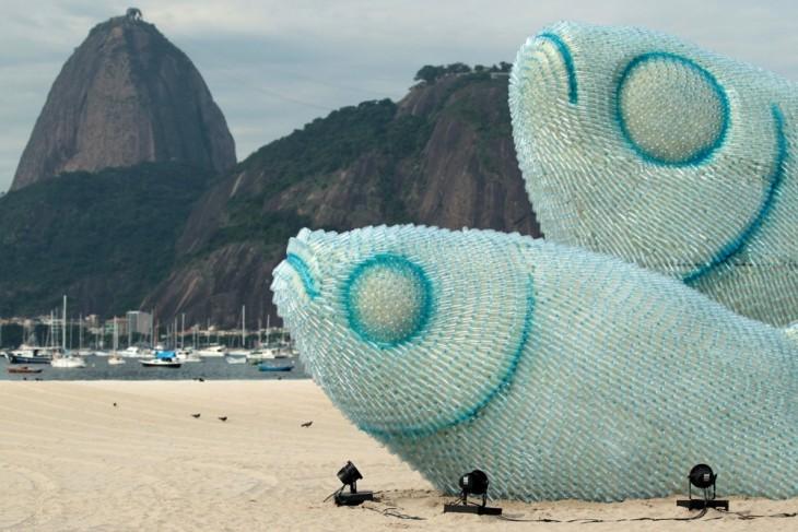 Esculturas hechas con botellas de plástico en forma de peces ubicadas en Río de Janeiro, Brasil